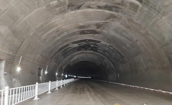 象山湾疏港高速凤盘山隧道双洞贯通(图2)